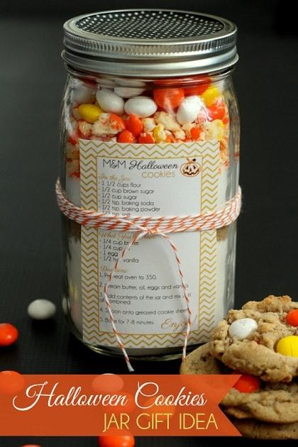 Halloween mason jar gift ideas: Halloween Cookies Mix in a Jar