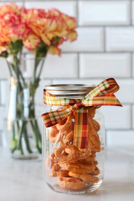 Halloween mason jar gift ideas: Halloween Pretzels in a Jar